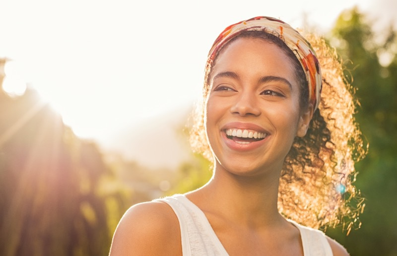moça sorrindo natureza