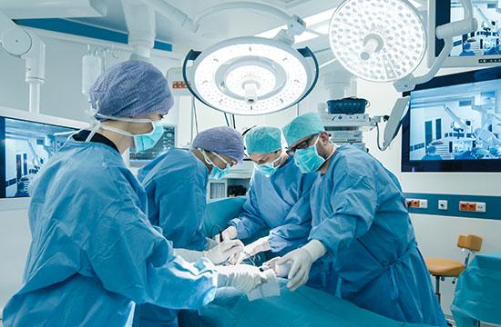 medicos fazendo cirurgia